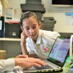 alumnos y docentes en una clase STEM