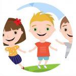 niños jugando fuera del aula